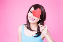 Femme tenant le coeur rouge d'amour Photographie stock libre de droits