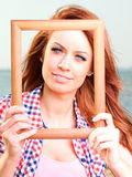 Femme tenant le concept de voyage de vue Images libres de droits