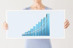 Femme tenant le conseil avec le graphique 3d Photographie stock