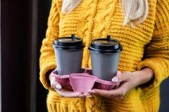 Femme tenant le conteneur spécial pour deux tasses de café photographie stock