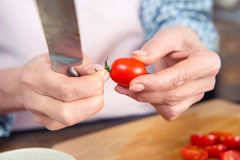 Femme tenant le couteau et la tomate Images libres de droits