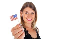 Femme tenant le drapeau des Etats-Unis Photographie stock libre de droits