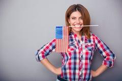 Femme tenant le drapeau des Etats-Unis dans des dents Images libres de droits
