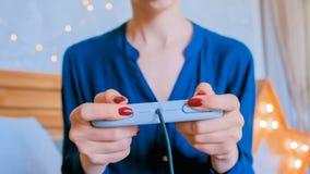 Femme tenant le gamepad et jouant des jeux vidéo à la maison images libres de droits