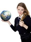Femme tenant le globe dans sa main sur le blanc Photo stock