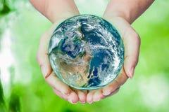 Femme tenant le globe sur ses mains, éléments de ce furnishe d'image Images libres de droits