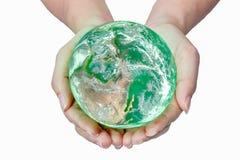 Femme tenant le globe sur ses mains, éléments de ce furnishe d'image Photos stock
