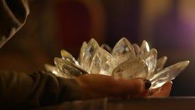 Femme tenant le lotus en verre Image stock