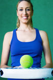 Femme tenant le paddleball et la boule de raquette sportive Images stock