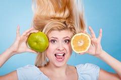 Femme tenant le pamplemousse vert de fruit Images libres de droits