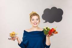 Femme tenant le panier avec les fruits et le petit pain doux Photo libre de droits
