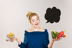 Femme tenant le panier avec les fruits et le petit pain doux image libre de droits