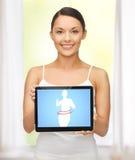 Femme tenant le PC de comprimé avec l'application suivante un régime photo stock