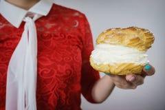 Femme tenant le petit gâteau crème délicieux doux photos stock