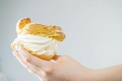 Femme tenant le petit gâteau crème délicieux doux photos libres de droits
