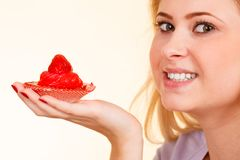 Femme tenant le petit gâteau délicieux doux Photo libre de droits