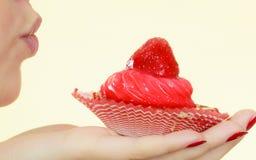 Femme tenant le petit gâteau délicieux doux Photo stock