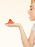 Femme tenant le petit gâteau délicieux doux Image stock