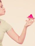 Femme tenant le petit gâteau délicieux doux Images stock