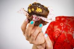 Femme tenant le petit gâteau délicieux doux de chocolat photo libre de droits
