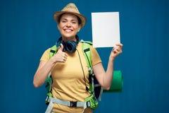 Femme tenant le petit panneau de signe et montrant le pouce  Images libres de droits