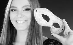Femme tenant le plan rapproché de masque de carnaval Photographie stock