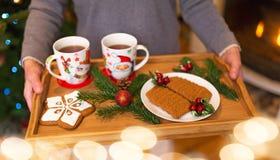 Femme tenant le plateau des biscuits de Noël photos stock