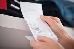 Femme tenant le reçu dans le magasin Image libre de droits