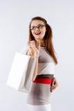 Femme tenant le sac blanc de achat images libres de droits