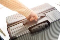 Femme tenant le sac de bagage Images stock