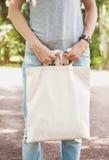 Femme tenant le sac vide de toile Moquerie de calibre  Photo libre de droits