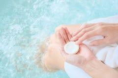 Femme tenant le savon sur la piscine/baignoire photo stock