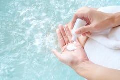Femme tenant le savon sur la piscine/baignoire photos stock
