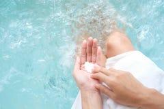 Femme tenant le savon sur la piscine/baignoire images stock