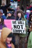 Femme tenant le signe chez mars dans Tucson Images libres de droits