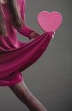 Femme tenant le signe de coeur Corps de partie Photo stock