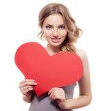 Femme tenant le signe de coeur de jour de valentines Photos stock