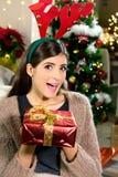 Femme tenant le sourire rouge de cadeau de Noël de boîte Photo libre de droits