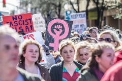 Femme tenant le symbole femelle rose chez mars Image libre de droits