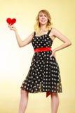Femme tenant le symbole rouge d'amour de coeur Photographie stock