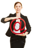 Femme tenant le symbole rouge d'email Images libres de droits