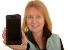 Femme tenant le téléphone portable photographie stock