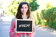 Femme tenant le tableau avec Images stock