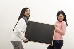 Femme tenant le tableau noir Photographie stock