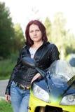 Femme tenant le vélo proche Photographie stock