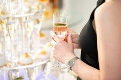Femme tenant le verre de champagne et grillant, moment de fête heureux Photos stock