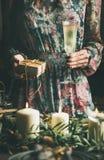 Femme tenant le verre de champaigne et le boîte-cadeau pendant le Noël Images libres de droits