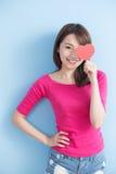 Femme tenant les coeurs rouges d'amour Photo stock