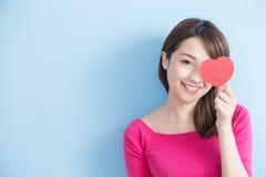 Femme tenant les coeurs rouges d'amour Photographie stock
