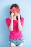 Femme tenant les coeurs rouges d'amour Images libres de droits